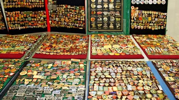 V Turistickém centru Velehrad bude až do 21. Listopadu k vidění výstava odznaků, pivních podtácků a kapesních kalendáříků ze sbírek Jána Glosze, ale i grafik Moniky Zelinkové.