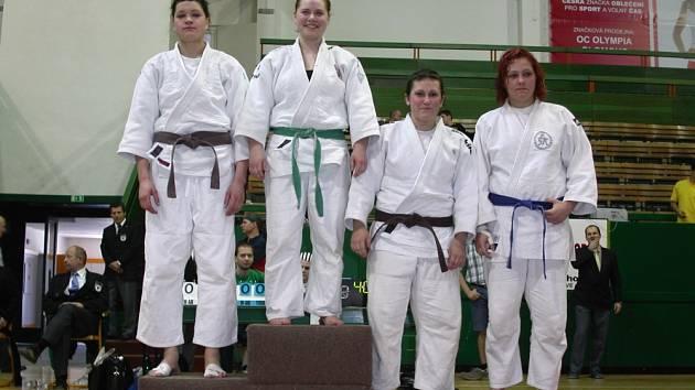 NA STUPNÍCH VÍTĚZŮ. Tereza Pešatová (vpravo) se na mistrovství republiky podělila o bronz s Petrou Žibritovou.