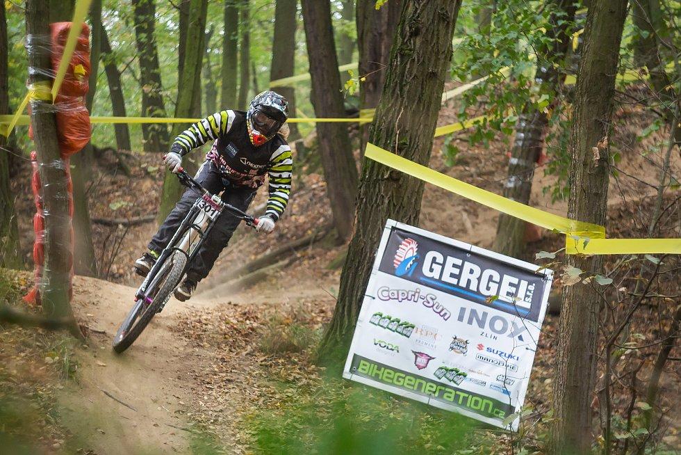 V Otrokovicích se uskutečnil závěrečný závod Gergel Woodbike series. Na náročné trati završil hattrick domácí jezdec Petr Malý (na snímku).