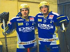 PARŤÁCI. Hokejoví útočníci Roman Vlach (vlevo) a Jiří Ondráček se po dvou letech opět sešli v jednom dresu. A v rozhovoru pro Deník zavzpomínali na mladá léta.