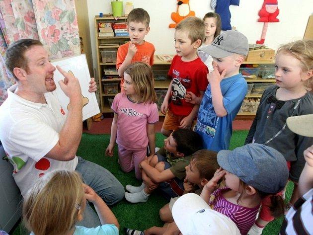 Steve Watts vyučuje angličtinu v mateřské školce Slovenská ve Zlíně.