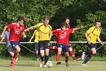 """Fotbalisté Újezdu (ve žlutých dresech) nezvládli domácí duel se Slušovicemi """"B"""". Ilustrační foto"""