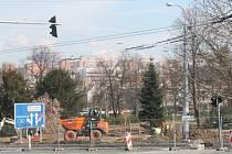 Ze Školní ulice ve Zlíně mizí auta. V parku už sázejí stromy