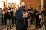 Zazpívat a poblahopřát přišli zlínští divadelníci svému bývalému kolegovi  Romanu Mecnarowskému k jeho devadesátinám.