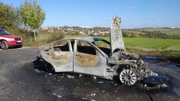 Požár osobního auta na cestě mezi obcemi Lhota a Šarovy