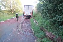 Kamion hasiči vyprostili. Vyteklý kvas spláchli vodou