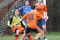Fotbalisté Příluk (v oranžovém) v rámci I. A třídy doma hostili Prakšice.