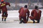Zlínští hasiči v úterý trénovali na Fryštácké přehradě vyproštění osob