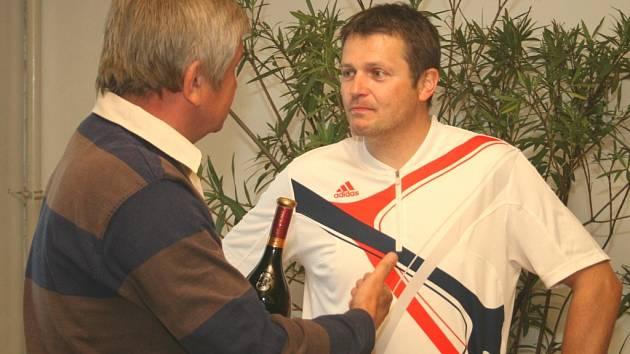 Vítěz turnaje amatérských tenistů Dušan Machala (v bílém).