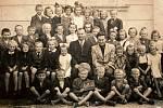 NEUBUZ, ŠKOLA. Školní třída rok 1943–44. Škola v Neubuzi byla slavnostně otevřena v roce 1890. V jednopatrové budově byl v přízemí byt ředitele školy a v poschodí učebna. V roce 1913 se započalo s přístavbou druhé třídy.