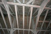Staré trámy. Střecha zlínského kostela svatého Filipa a Jakuba je v nevyhovujícím stavu.