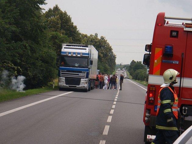 Spadlý drát zablokoval dopravu na silnici i železnici.