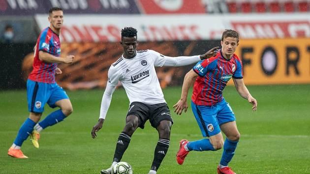 Fotbalisté Zlína (v bílých dresech) prohráli ve 29. kole FORTUNA:LIGY na hřišti Plzně 0:3.