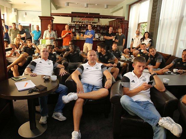 Fotbalisté FC FASTAV Zlín sledovali v televizi v hotelu Baltaci losování pro základní skupinu Evropské ligy.