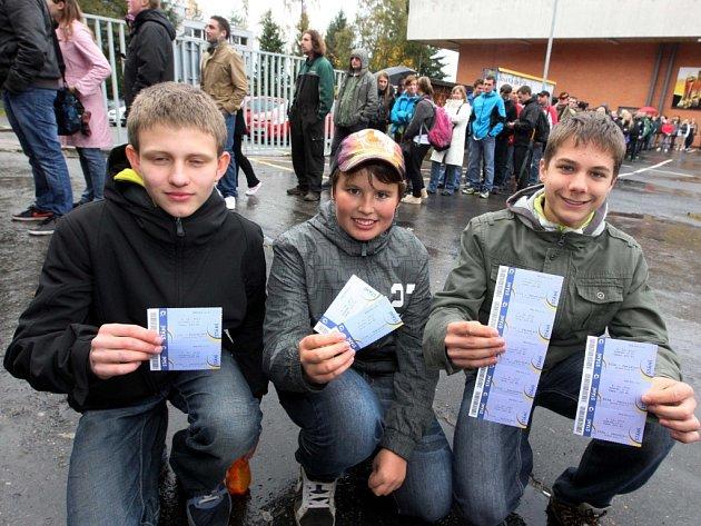 Fronta u pokladen na zimním stadionu Luďka Čajky na utkání hokejistů Zlína s Jaroslavlí.