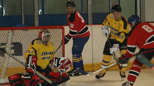 Amatérští hokejisté Lípy (v červeném) proti týmu Zdema Beton.
