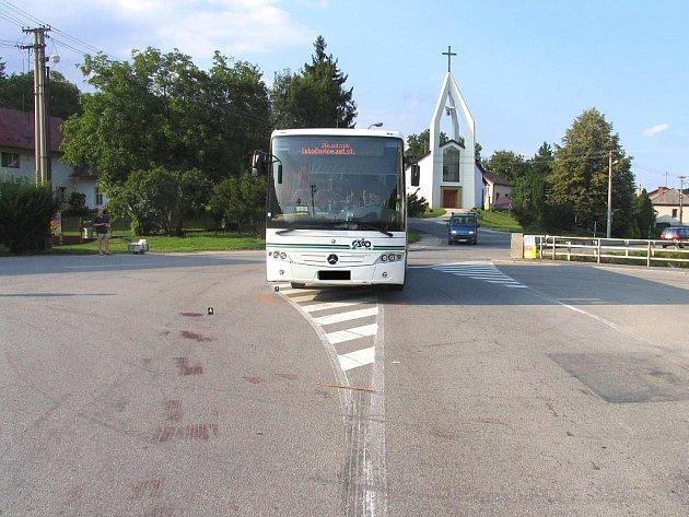 Místo tragické nehody, při které srazil autobus cyklistku. Ta vážným zraněním podlehla v nemocnici.
