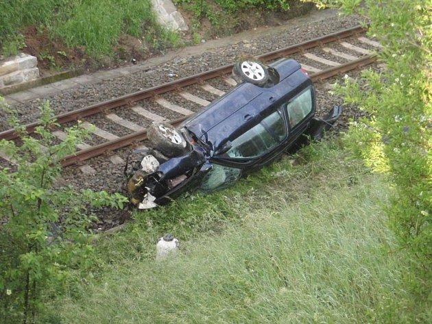 Dopravní nehoda osobního vozidla, které dopadlo na koleje.