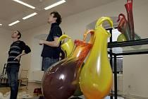Zaměstnanci Krajské galerie výtvarného umění ve Zlíně připravovali v pondělí 6. prosince výstavu studentských sklářských prací KŘEHKÁ SETKÁNÍ / KREHKÉ STRETNUTIA.