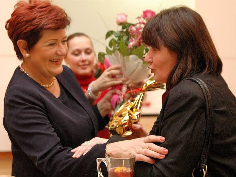 Novoroční přípitek s primátorkou Zlína Irenou Ondrovou (vlevo) v roce 2009