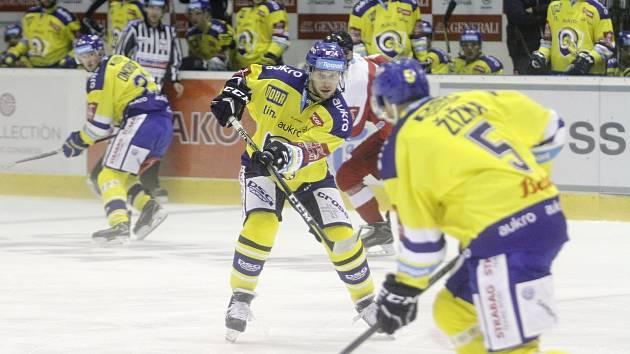 Olomoučtí hokejisté (v červeném) v dalším utkání extraligy přivítali Zlín
