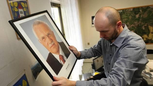 Sundávání fotografie prezidenta Václava Klause na obecním úřadě v Březnici. Na snímku starosta Josef Hutěčka.
