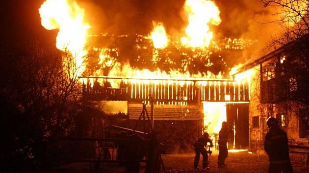 Požár téměř úplně zlikvidoval historický objekt Kosenky ve Valašských Kloboukách.