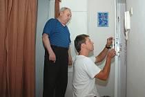 Pro seniory je řetízek velkou výhodou, protože při jeho použití se nemůže stát, že by se zlodějovi podařilo rozrazit dveře nebo je zvenku otevřít.