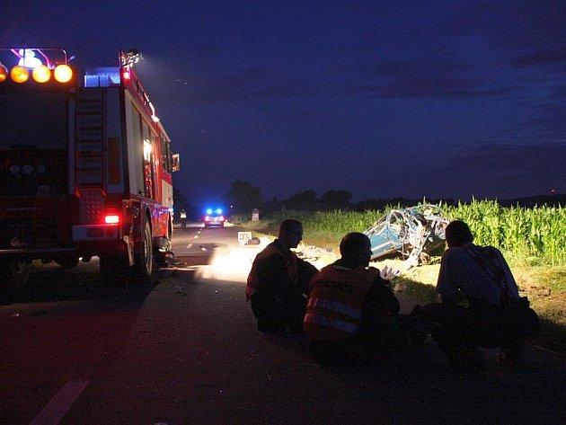 Při tragické nehodě osobního auta u Rymic na Kroměřížsku zemřeli tři mladí lidé.