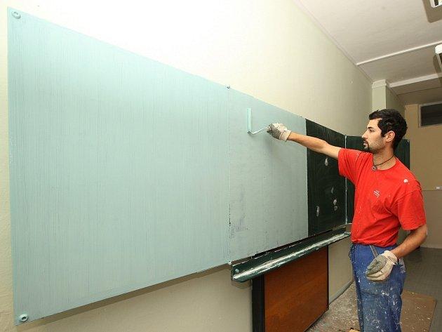 Nová podoba školních tabulí. Černá zmizela, nahradí ji bleděmodrá.