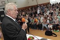 Návštěva prezidenta Miloše Zemana ve Zlíně, na gymnáziu Lesní čtvrť.