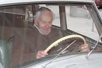 """STĚHOVÁNÍ A ZIKMUND ZA VOLANTEM. """"Nevěřil jsem, že se s tímto skvělým vozem ještě ve Zlíně setkám,"""" řekl sice s úsměvem, ale dojatě cestovatel Miroslav Zikmund."""