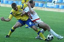 Zlínský Josef Lukaštík (vlevo) svádí zápasnický souboj o míč