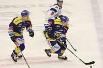 Zlínští hokejisté (v modrém) v 16. kole extraligy doma hostili Liberec. Na snímku Tomáš Fořt, David Šťastný.