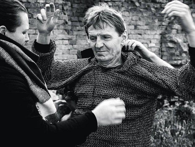 Zdeněk Julina oblékl kvůli natáčení těžkou zbroj.