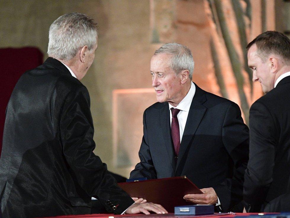 Profesor Karel Kolomazník (1938)  převzal z rukou prezidenta České republiky medaili Za zásluhy I. stupně