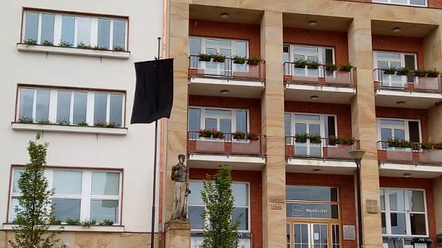 Luhačovice se vyvěšením černé vlajky připojily k protestu.