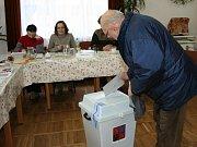 Chystání volební místnosti v Želechovicích.