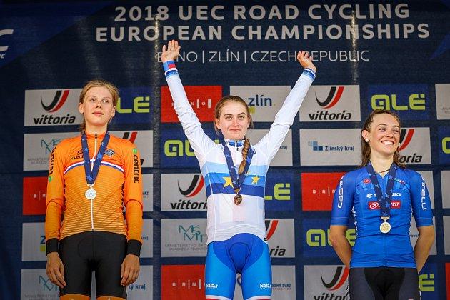 Česká cyklistka Nikola Nosková (na snímku uprostřed) ve Zlíně naprosto suverénně ovládla silniční závod evropského šampionátu mezi ženami do 23 let.
