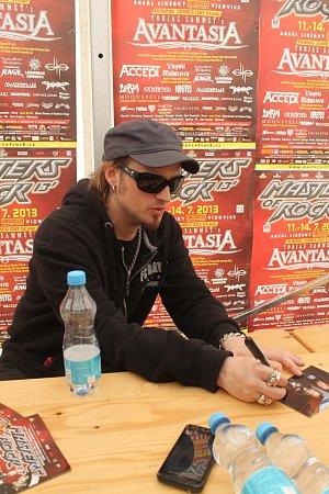 Tobias Sammet si po skončení tiskové konference udělal čas, aby podepsal své fotografie a alba skupiny Edguy