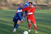 Po fotbalovém duelu Šelešovic (modří) padaly facky a tekla krev.
