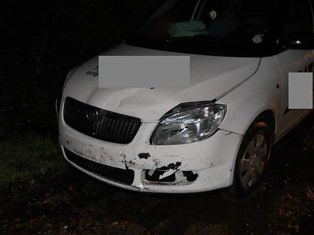 Strážníci prošli ulice v okolí a skutečně v jedné z nich našli zaparkovanou bílou fabii, které chyběla značka. Ta byla rovněž nabouraná a uvnitř ještě ležely nafouknuté airbagy.