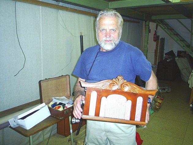 Režisér loutkového divadla Antonín Harník se svým vlastnoručně vyrobeným flašinetem.