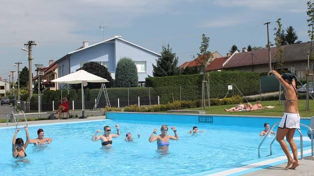 Pod vedením zkušené lektorky se dámy zapotily v bazénu. Cvičit ve vodě není tak snadné.