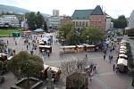 Kejklířský jarmark na náměstí ve Zlíně.