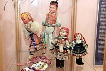 Příprava výstavy Hračky ze staré půdy v Muzeu luhačovického Zálesí v Luhačovicích.