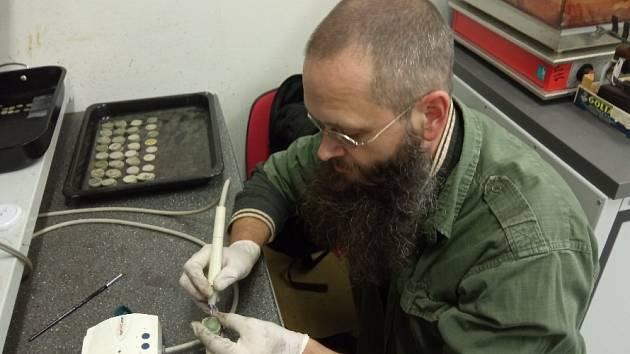 Archeolog Muzea JV Moravy Adam Fojtík sčástí pokladu