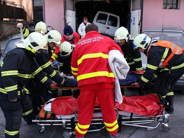 Dvacetiletého opraváře zavalilo v garáži auto. Neštěstí se stalo 9. března krátce po 14. hodině odpolední v rodinném domě ve Zlíně na Lesní čtvrti.
