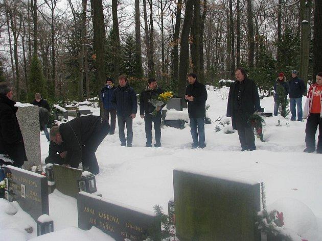 Představitelé hokejového klubu PSG Zlín položili květiny a rozžali svíčky u hrobu Luďka Čajky na Lesním hřbitově ve Zlíně.