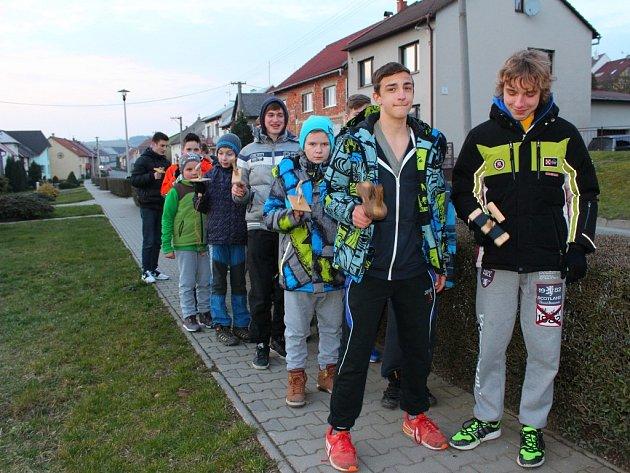 Ve čtvrtek 24. března 2016 skupina chlapců ze Sazovic vyrazila přesně úderem osmnácté hodiny na tradiční velikonoční klapotání.